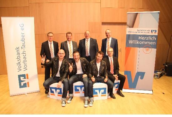 """Hinten v.l.: Jürgen Fricke (Volksbank Vorbach-Tauber eG), Winfried Stahl (Raiffeisenbank Schrozberg-Rot am See eG), Dirk Schlenker (Volksbank Vorbach-Tauber eG) und Thomas Haag, (Raiffeisenbank Schrozberg-Rot am See eG); vorne v.l.: """"The Wanderers"""", Michael Gierse (Union Investment)"""